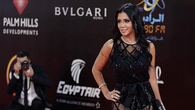 رانيا يوسف تثير أزمة بفستان جديد وتحظر لاعب كرة قدم ( صورة )