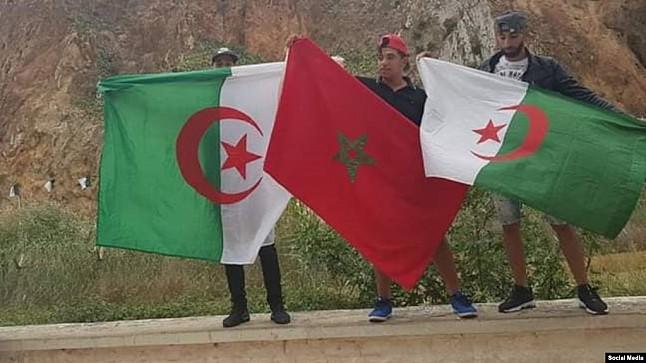 مغاربة وجزائريو يحتفلون بتأهل 'الخضر' على حدود البلدين