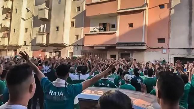 """فريق إنجليزي يتضامن مع المشجع الرجاوي """"السيمو"""" ( صورة )"""