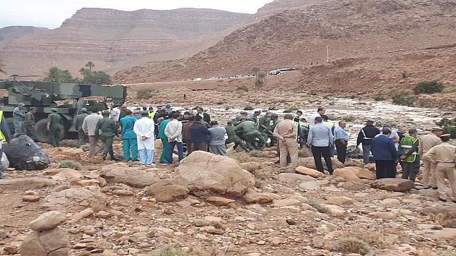 صور/مصرع 6 أشخاص وإنقاذ 27 في إنقلاب حافلة للمسافرين جرفتها الفيضانات بالرشيدية