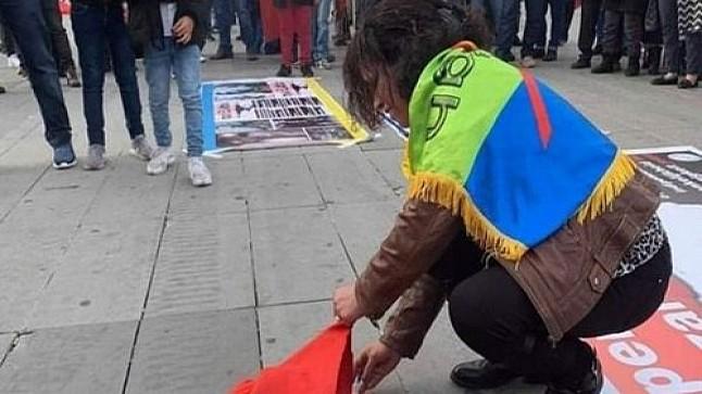 """مغاربة الخارج ينددون بإحراق العلم الوطني عبر """"الفايسبوك"""""""