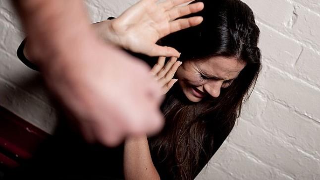 خطير : زوج يقطع لسان زوجته خلال محاولته تقبيلها