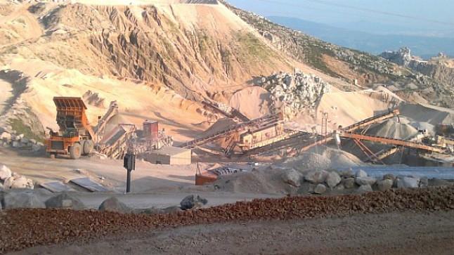 انهيار الأتربة بمقلع للأحجار يتسبب في وفاة عامل