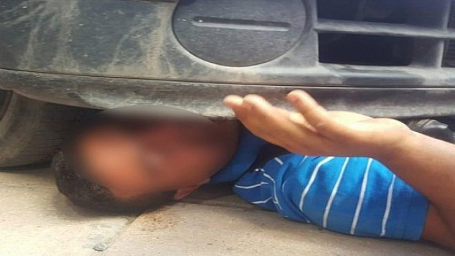 احتجاجا على مصادرة سلعته… بائع متجول ينام تحت سيارة قائد بزاكورة