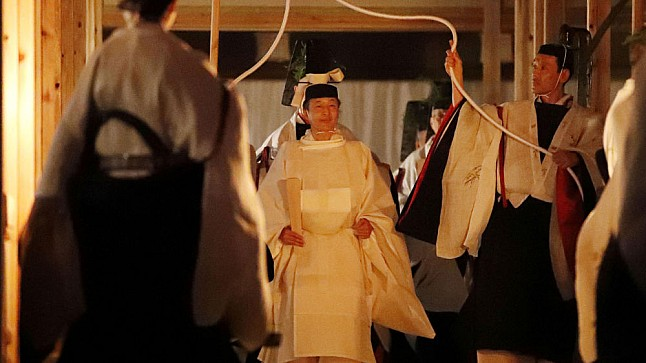 إمبراطور اليابان يقضي الليل مع إلهة الشمس ..تعرف على الكلفة المالية !!!!!!