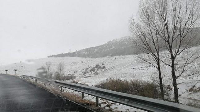 عاجل : الثلوج تقطع طريق ضواحي ميدلت