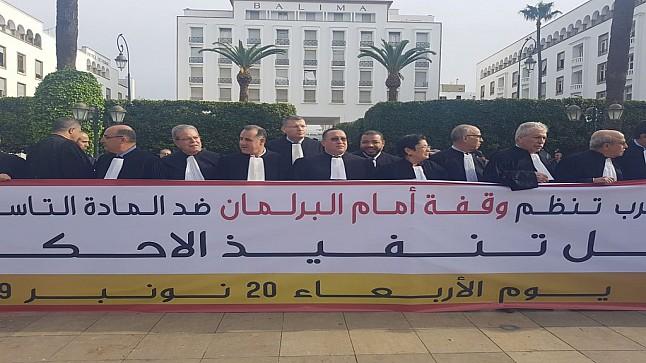 """المحامون يحتجون ضد """"المادة 9"""" ويحذرون من خطورتها على الاستثمار والمقاولات"""