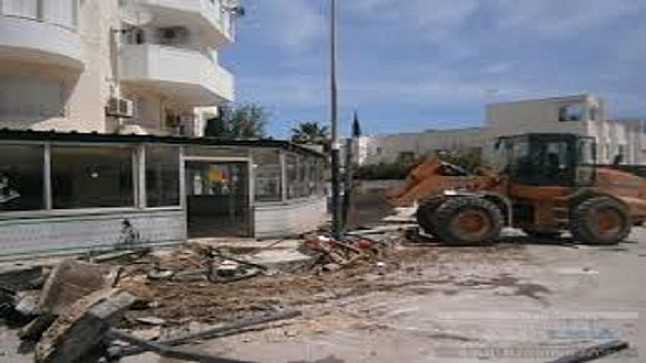 """السلطات تهدم مقهى عشوائيا لأحد برلمانيي حزب """"الحصان"""""""