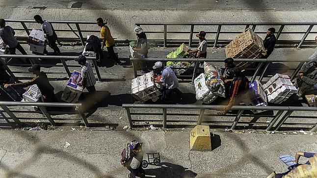 الحكومة تعيد فتح معبر باب سبتة أمام تجار السلع المهربة