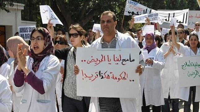 ممرضو وتقنيو الصحة يصعدون ضد وزارة آيت الطالب ويخرجون في وقفة احتاجية