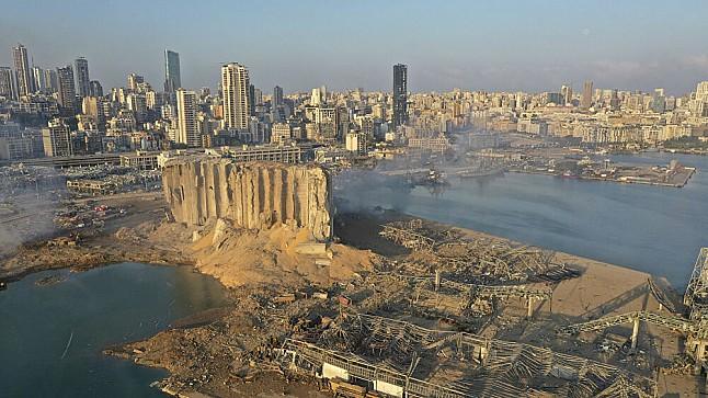 بينهم مسؤولون كبار..توجيه اتهامات إلى 25 شخصا في انفجار مرفأ بيروت