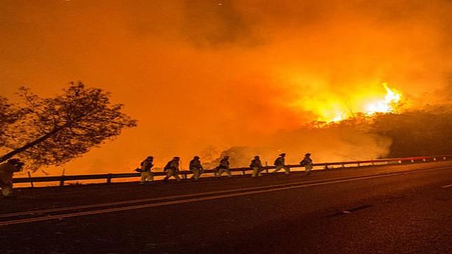 حرائق كاليفورنيا تجبر الآلاف على مغادرة منازلهم مع خشية من توسعها