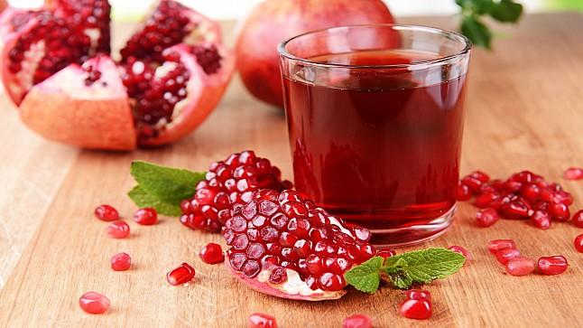 """علماء: عصير الرمان والشاي الأخضر يقاومان """"كورونا"""""""