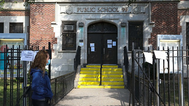 نيويورك تعيد إغلاق المدارس بدءاً من اليوم الخميس