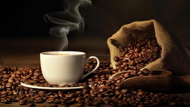 طبيبٌ يكشفُ أضرار شرب القهوة على الريق