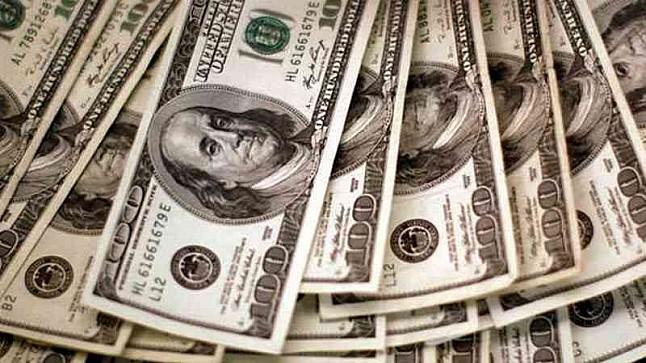 الدولار يرتفع بعد قفزة في العوائد الأمريكية