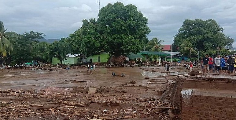 فيضانات وانهيارات أرضية تقتل العشرات في إندونيسيا وتيمور الشرقية